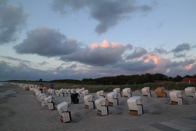 ostsee-graal-müritz-meer-sonnenuntergang-urlaub-familie-wolken-strandkörbe-strand