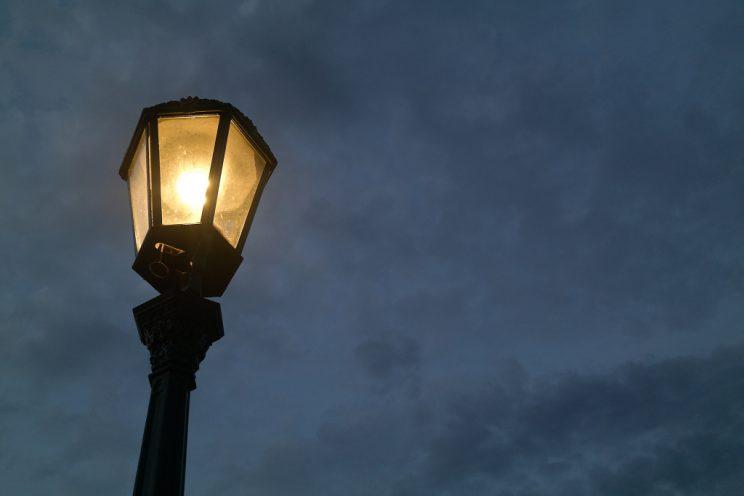 karlsbrücke-lampe-nacht-leuchten-prag-prague-städtetrip