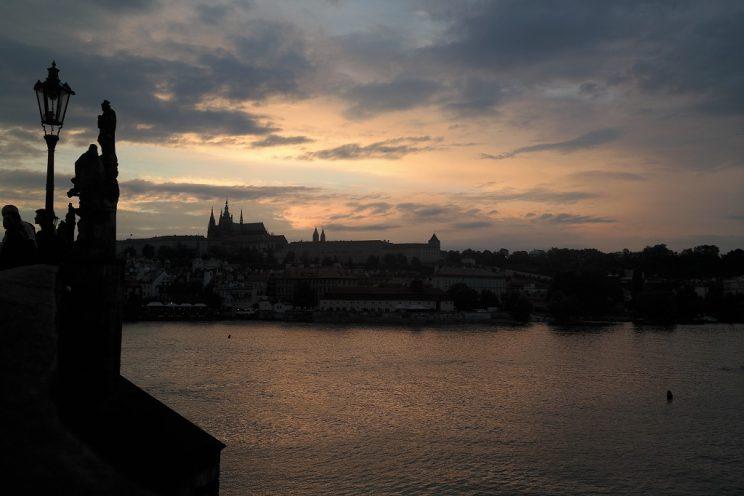 prag-prague-karlsbrücke-sonnenuntergang-prager-burg