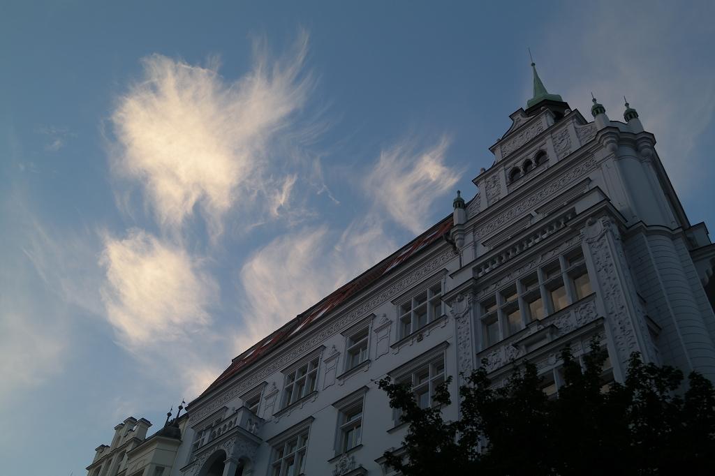sonnenaufgang-markt-prag-prague-staedtetrip-wolken