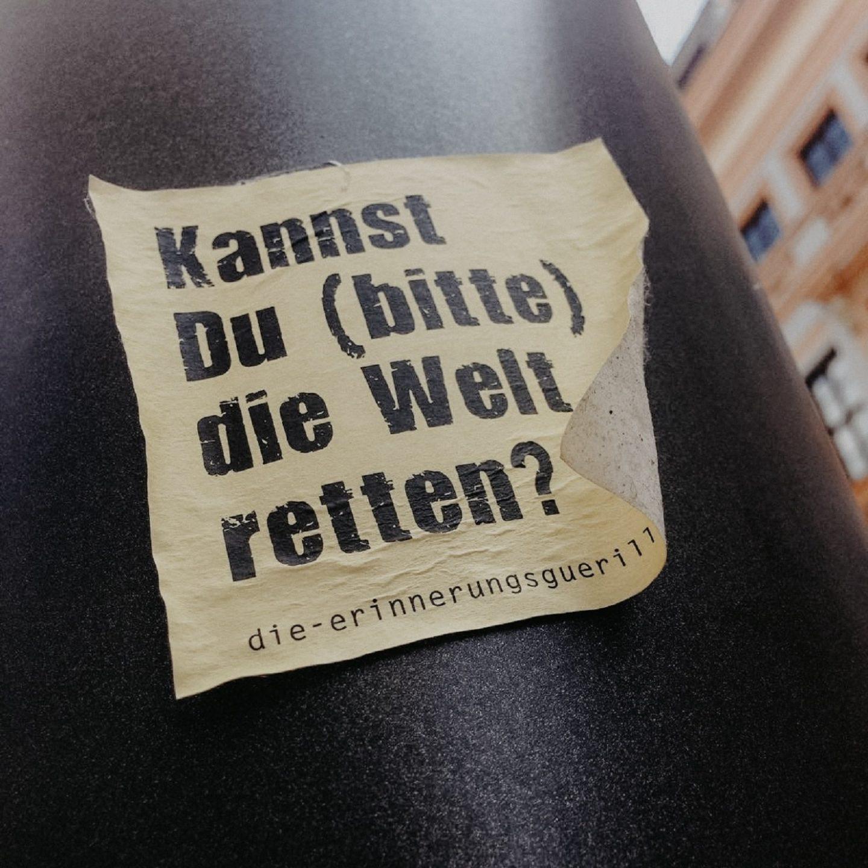 sticker-streetart-erinnerungsguerilla-welt-retten-gedanken