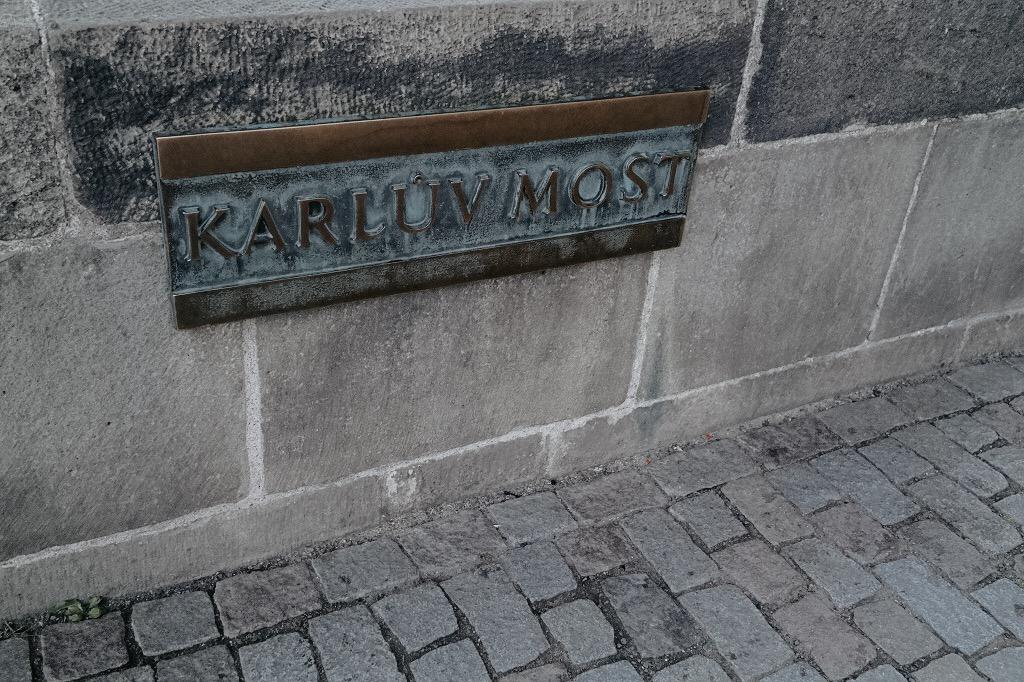 prag-karlsbrücke-städtetrip-sonnenaufgang-brücke-licht-3