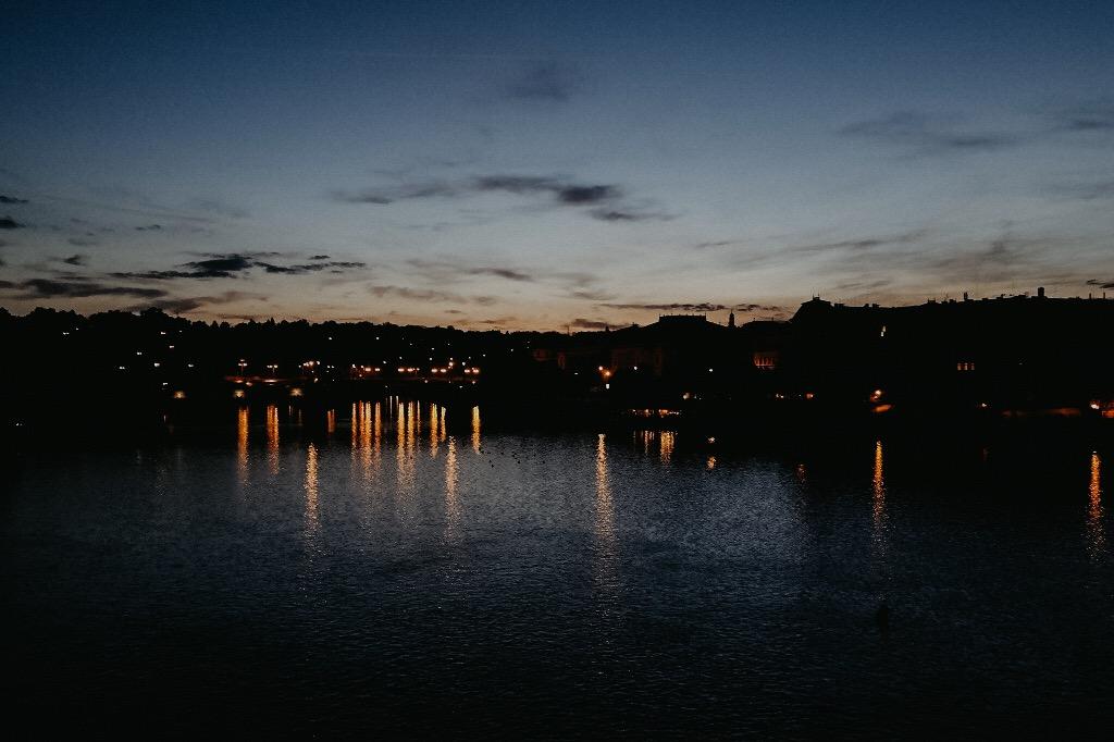 prag-karlsbrücke-städtetrip-sonnenaufgang-brücke-licht-4