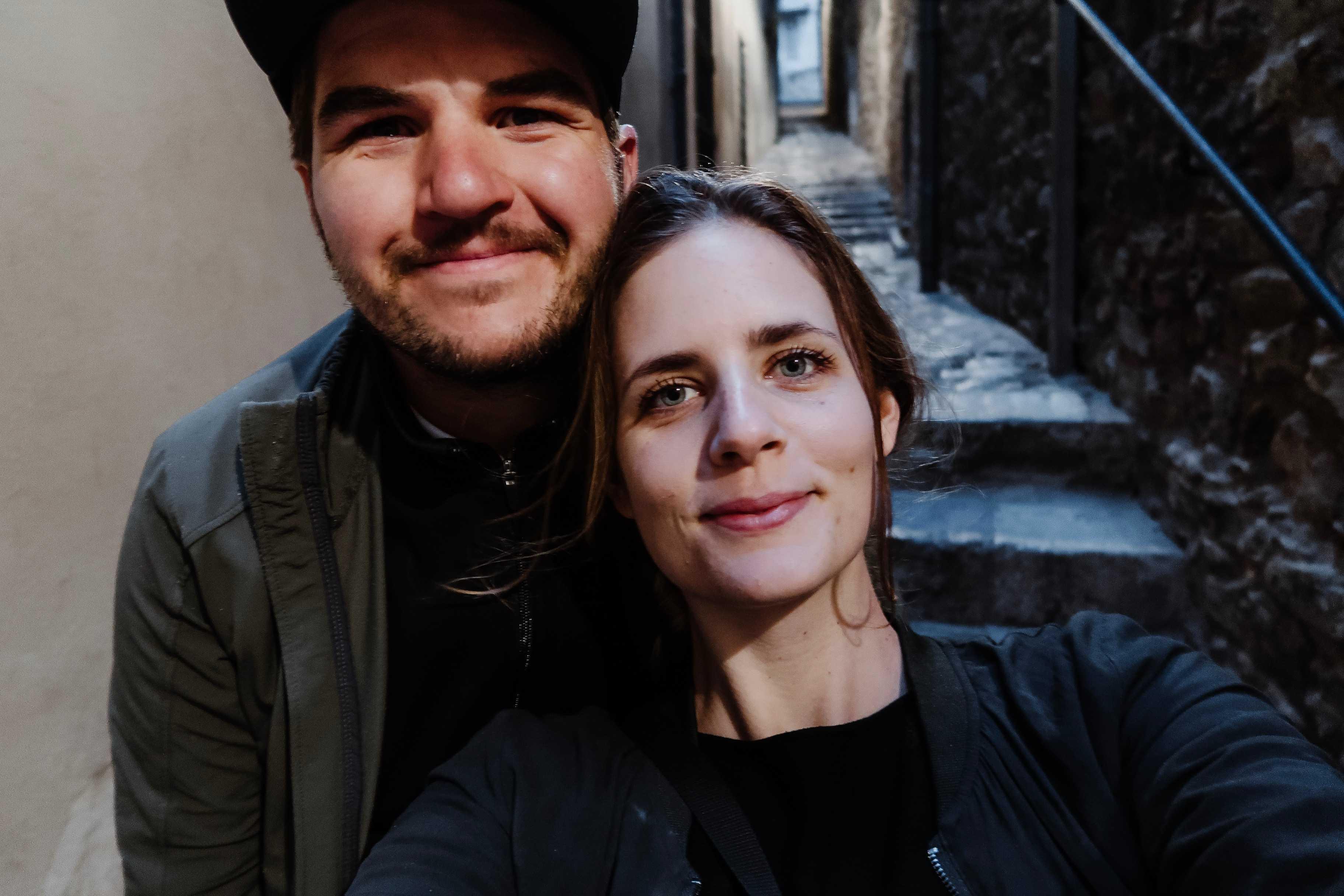 Zwei Personen in Girona
